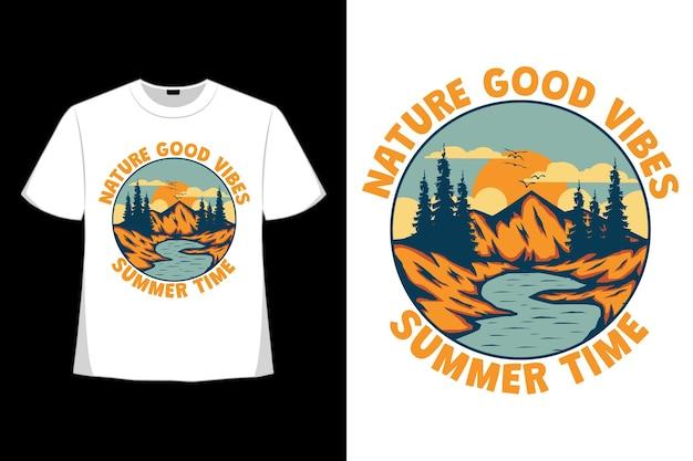 T-shirt design di vibrazioni della natura estate lago di montagna disegnato a mano in stile retrò
