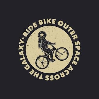 Il design della t-shirt guida la bicicletta nello spazio esterno attraverso la galassia con l'illustrazione vintage dell'astronauta in sella alla bicicletta
