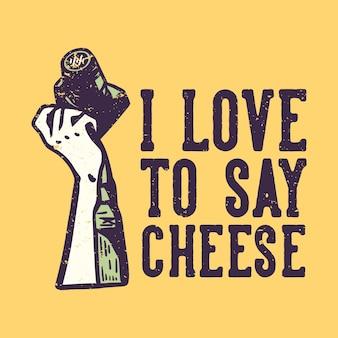 Tipografia di slogan di design t-shirt mi piace dire formaggio con la mano che tiene un'illustrazione vintage della fotocamera Vettore Premium