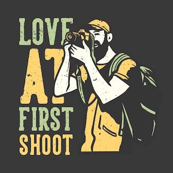T-shirt design slogan tipografia amore al primo scatto con uomo che scatta foto con illustrazione vintage fotocamera