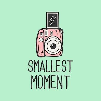 T-shirt design slogan tipografia momento più piccolo con illustrazione vintage fotocamera Vettore Premium
