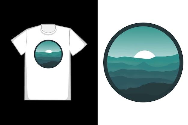 Paesaggio di alba delle montagne verdi della maglietta