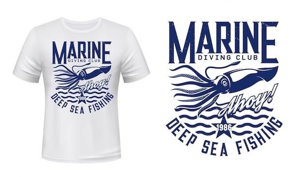T-shirt stampata con calamari, calamari su onde blu, mascotte per club di immersioni, emblema di t-shirt con molluschi marini. modello di abbigliamento della squadra di sport oceanici con calamari