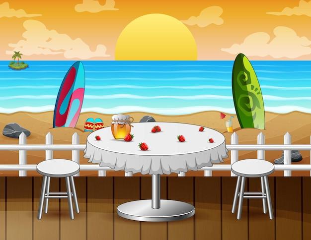 Tavolo sulla spiaggia per un appuntamento romantico a sfondo marino