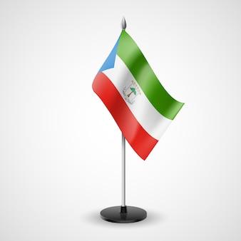 Bandiera da tavolo della guinea equatoriale isolata su grigio