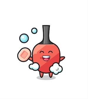 Il personaggio della racchetta da ping pong sta facendo il bagno mentre tiene in mano il sapone, un design in stile carino per maglietta, adesivo, elemento logo
