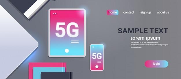 Tablet e smartphone sul concetto di connessione di sistemi wireless desktop 5g rete di comunicazione online