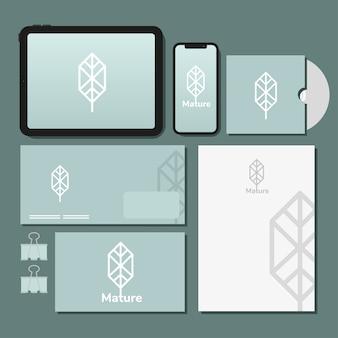 Tablet e smartphone con pacchetto di elementi impostati mockup nel disegno blu dell'illustrazione