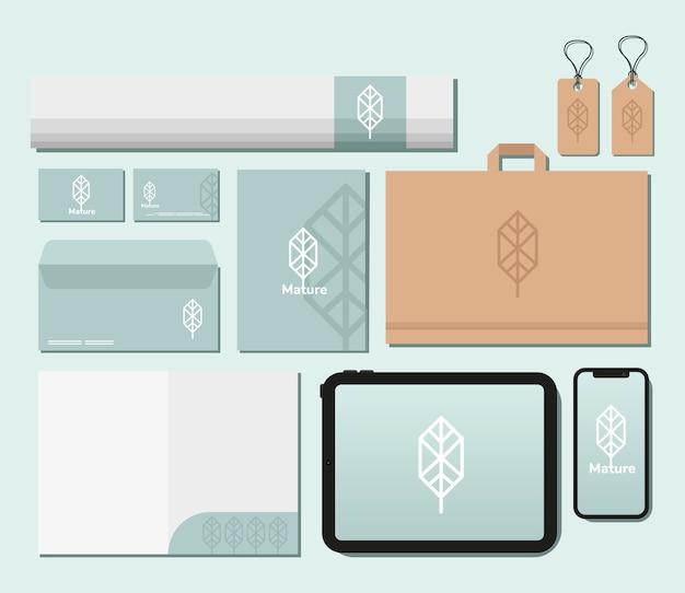 Etichette appese e pacchetto di elementi del set di mockup nel disegno blu dell'illustrazione