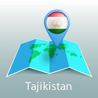 Mappa del mondo di bandiera del tagikistan nel perno con il nome del paese su sfondo grigio