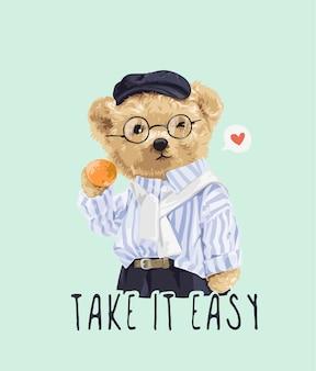Vacci piano con lo slogan con il giocattolo dell'orso in bicchieri e l'illustrazione della camicia a righe
