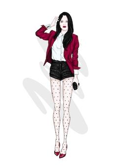 Una ragazza alta e snella in pantaloncini corti, giacca e scarpe col tacco alto.