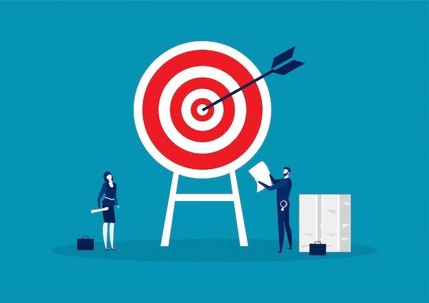 Obiettivo con la freccia, uomo d'affari con il concetto dell'obiettivo di piallatura della donna