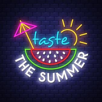 Assapora l'estate. iscrizione del segno al neon di vacanza estiva