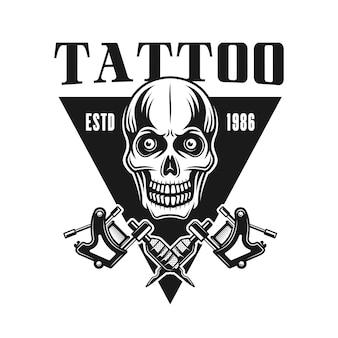 Emblema di vettore studio tatuaggio con teschio in stile vintage monocromatico isolato su sfondo bianco