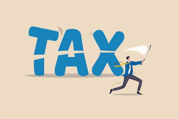 Taglio delle tasse, politica del governo in crisi economica o pianificazione finanziaria per il concetto di riduzione delle tasse, consulente finanziario di uomo d'affari professionista o impiegato che usa la spada per tagliare la parola tassa.