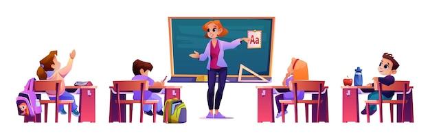 Insegnante che spiega materiale agli studenti dai banchi
