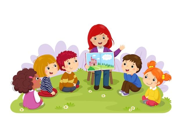 Insegnante che racconta una storia ai bambini della scuola materna in giardino