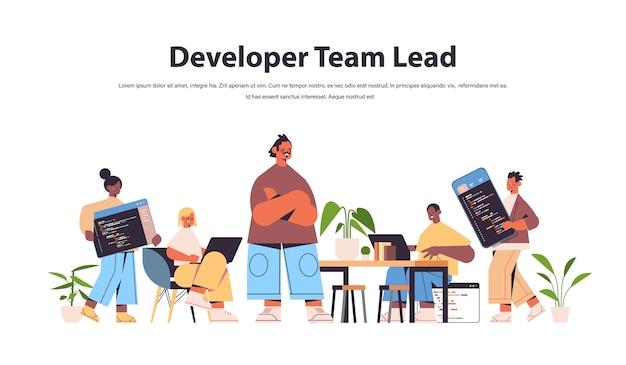 Ingegnere capo del team con sviluppatori web di gara mista che codificano insieme creando codice di programma sviluppo di software e concetto di programmazione