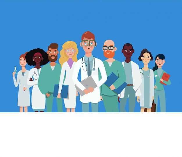 Il gruppo di medici sta esaminando la macchina fotografica e sta sorridendo sul fondo bianco, il laboratorio, ospedale. personale della clinica con facce felici