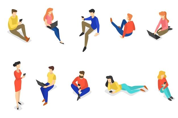 Gli adolescenti comunicano con gli amici attraverso i social network utilizzando gli smartphone