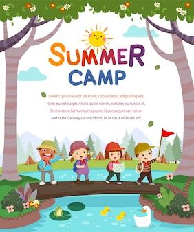 Modello con cartone animato di bambini con zaini che camminano sul ponte di tronchi attraverso il torrente. manifesto del campo estivo per bambini.