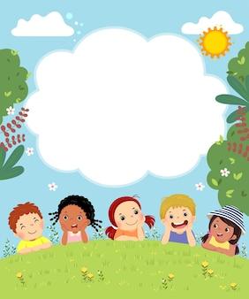Modello con cartone animato di bambini felici che pongono sull'erba.