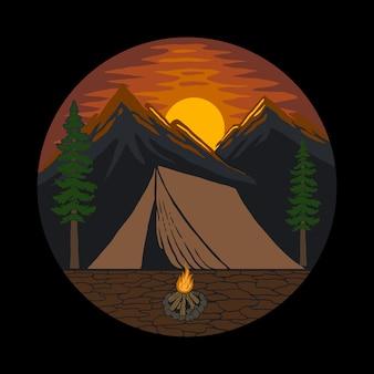 Tenda da campeggio in una foresta durante la notte di luna piena in campeggio vicino al fuoco
