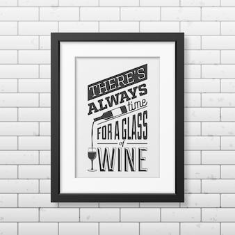 C'è sempre tempo per un bicchiere di vino - cita la tipografia in una cornice nera quadrata realistica sul muro di mattoni