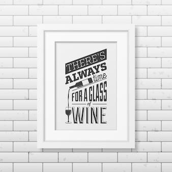 C'è sempre tempo per un bicchiere di vino - cita la tipografia in una cornice bianca quadrata realistica sul muro di mattoni