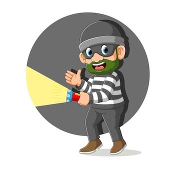 Ladro con camicia a righe che tiene l'illustrazione della torcia