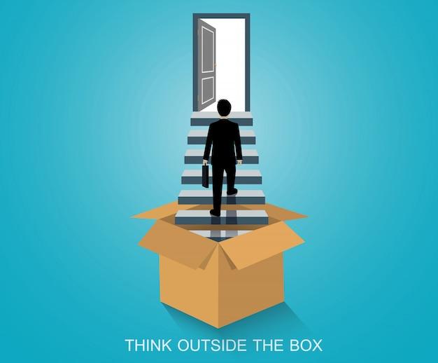 Pensa fuori dagli schemi, l'uomo d'affari fuori dalla scatola cammina su per le scale verso la porta