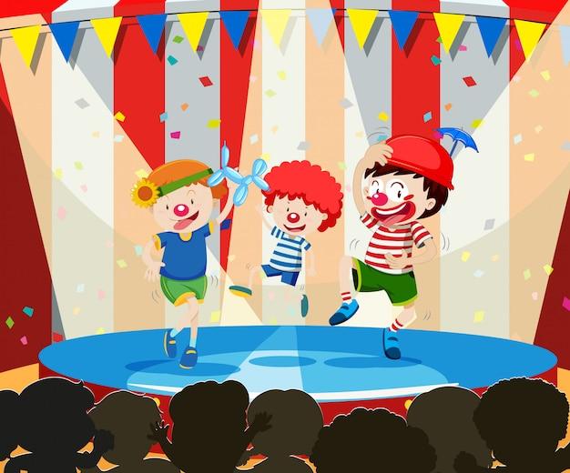 Tre bambini circensi esibendosi
