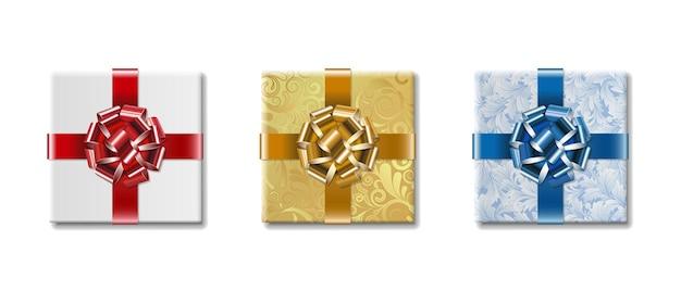 Tre contenitori di regalo con archi isolati su bianco