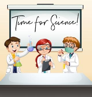 Tre scienziati in laboratorio con un tempo di frase per la scienza