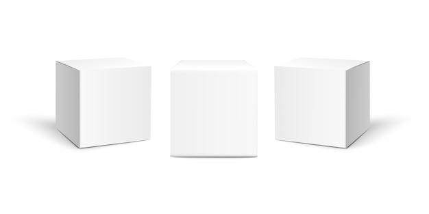 Tre scatole di carta quadrate isolate su fondo bianco.