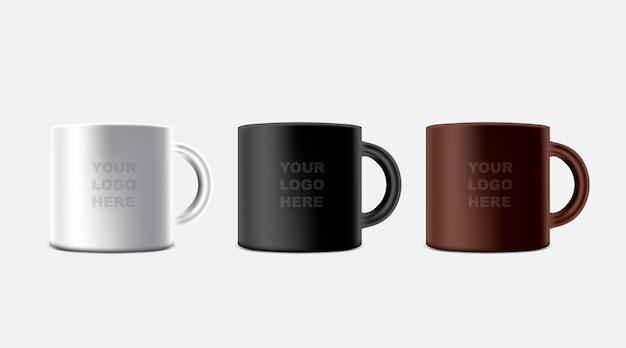 Tre tazze da caffè bianche, nere e marroni con logo sul modello
