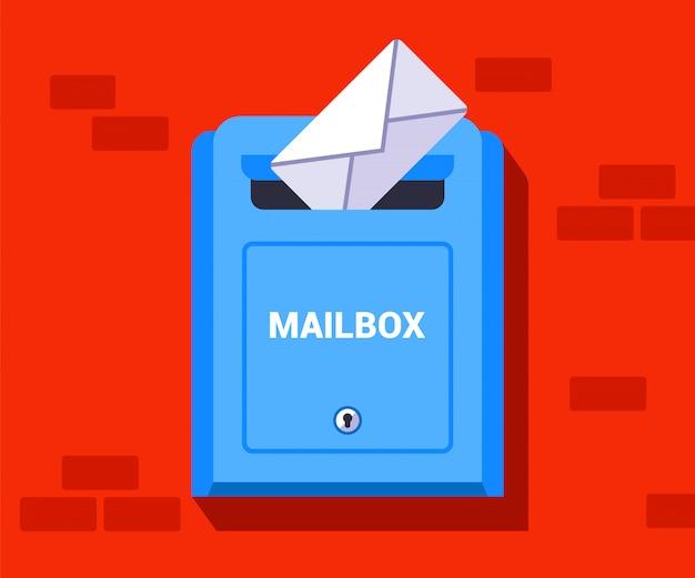 Gettare una lettera scritta a mano in una scatola. spedire una busta in un'altra città. illustrazione.