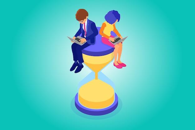 La gestione del tempo e il programma di pianificazione da casa con uomini e donne d'affari lavorano sul laptop e si siedono sulla clessidra