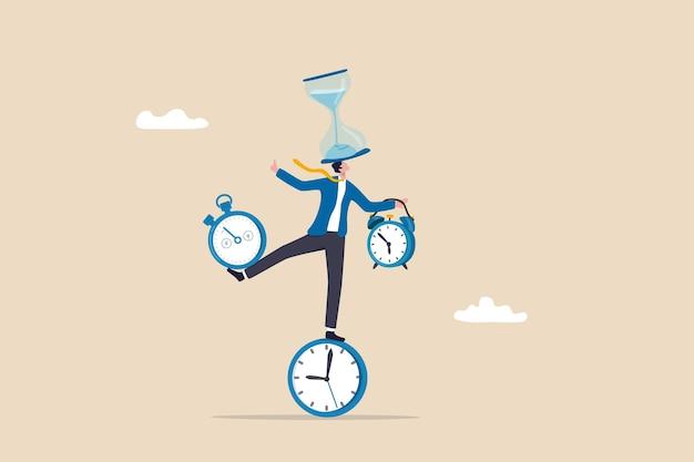 Gestione del tempo o dipendenza dalla produttività, equilibrio tra lavoro e vita privata o controllo del tempo del progetto di lavoro e concetto di pianificazione, uomo d'affari intelligente che bilancia tutti i pezzi del tempo, clessidra, sveglia, timer per il conto alla rovescia.