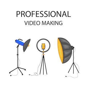Piccoli personaggi che fanno film. operatore che utilizza la macchina fotografica e il personale con la pellicola di registrazione dell'attrezzatura professionale. regista con megafono, persone con ciak e film in bobina. fumetto illustrazione vettoriale.