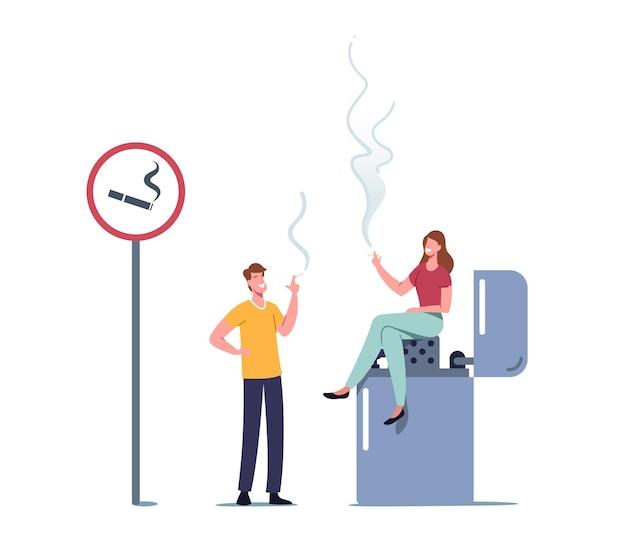 Personaggi minuscoli donna e uomo che fumano sigaretta in un'area speciale con cartello e accendino enorme