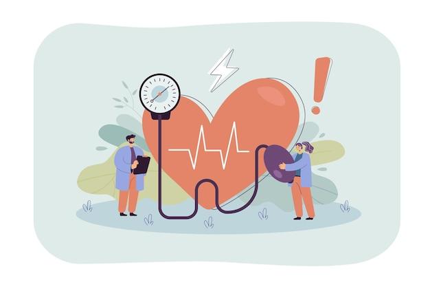 Piccoli dottori che controllano la pressione sanguigna in ospedale