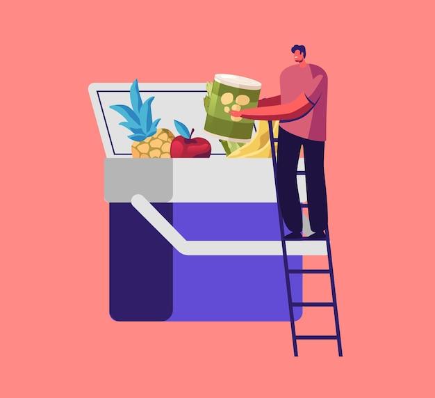 Piccolo personaggio maschile in piedi sulla scala mette i prodotti nell'enorme frigorifero per auto