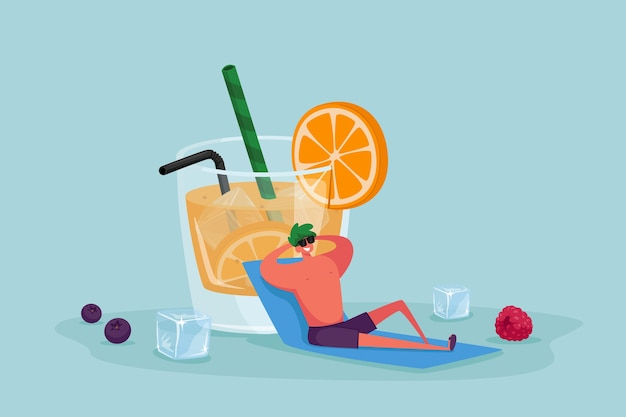 Piccolo personaggio maschile in occhiali da sole rilassante seduto al bicchiere enorme con succo d'arancia