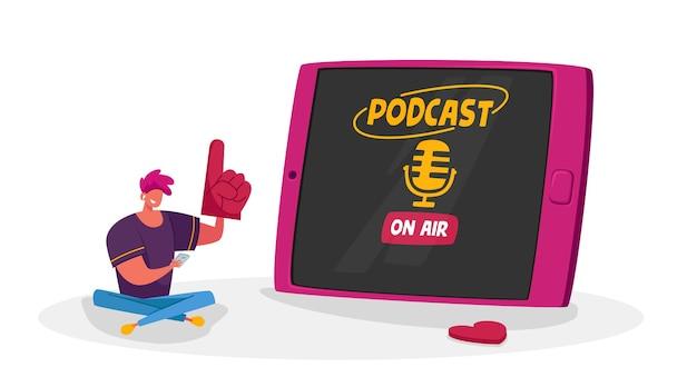 Piccolo personaggio maschile con smartphone che si siede all'enorme tablet ascolto podcast entertainment con microfono sullo schermo del dispositivo.