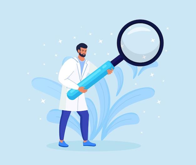 Piccolo medico maschio in veste medica che tiene in mano una lente d'ingrandimento enorme. personale sanitario ospedaliero al lavoro. ricerca di test medici, esame del concetto del paziente