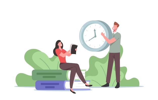 Piccola donna con diario personale in mano sedersi a un'enorme pila di libri, uomo con orologio, pianificazione delle persone, elenco delle cose da fare