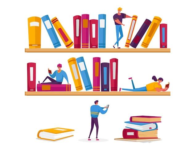 Piccoli personaggi di donne e uomini che leggono in biblioteca seduti su enormi scaffali con libri.