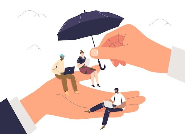 Piccoli operai a portata di mano gigante del datore di lavoro e sotto l'ombrello protettivo isolato